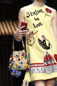Dolce & Gabbana apresenta em Milão modelos & selfies. Olha só o detalhe das bolinhas na bolsa. O colar é exatamente isso.