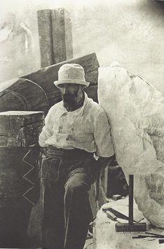 Constantin Brancusi Autoportrait dans l'atelier, 8 impasse Ronsin, vers 1922 Constantin Brancusi, Famous Artists, Great Artists, Artist Art, Artist At Work, Contemporary Artists, Modern Art, Studios D'art, Artist Workspace