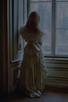 Victorian woman looking out a window - dark fairytale Story Inspiration, Writing Inspiration, Character Inspiration, Story Ideas, Writing Ideas, Medieval, Dark Fairytale, Princess Aesthetic, Victorian Era