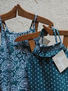 Bañador Niña Smock - Estrellas Verdes. One-Piece Girl's Swimsuit - Estrellas Verdes.