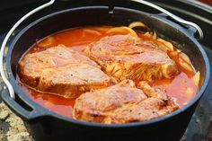 Beer coach steaks from the Dutch Oven. A hearty dish .- Beer coach steaks from the Dutch Oven. A hearty dish made from tender pork, slowly cooked in a spicy beer brew. Ingredients for 6 people 6 steaks from the pork neck (approx. Seared Salmon Recipes, Pan Seared Salmon, Pork Chop Recipes, Chicken Recipes, Sauce Recipes, Tomato Cream Sauces, Dutch Recipes, Skirt Steak, Chops Recipe