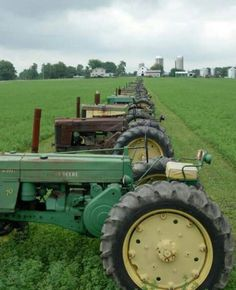 John Deere as far as the eye can see! Antique Tractors, Vintage Tractors, Vintage Farm, Old John Deere Tractors, Jd Tractors, New Tractor, Classic Tractor, Train Truck, Old Farm Equipment