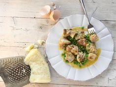 POLLO CON CACIO E UOVA 1/5 - Dalle cucine Fileni, una ricetta gustosa e veloce: il pollo con cacio e uova è perfetto per una cena sfiziosa, per un pranzo con i vostri cari o per qualsiasi altra occasione in cui volete che il gusto la faccia da padrone.   - 400 g di sovracosce di pollo  - 200 g di piselli  - 1 cipolla  - 4 cucchiai di olio extravergine d'oliva  - 2 dl di vino bianco  - 50 g di pecorino  - 2 uova  - Qualche rametto di prezzemolo e timo  - Il succo di 1 limone  - Sale