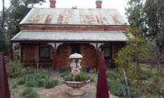 Old miners Cottage in Rutherglen Victoria Australian Architecture, Australian Homes, Old Cottage, Cottage Homes, Workshop Shed, Australia Country, Tin House, Art Deco Decor, Cottage Exterior