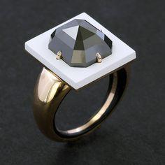 Blanc et noir. Diamant noir, céramique et or rose.