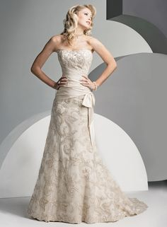 Although I'm not in the market for a wedding dress, this is gorgeous and totally me! Maybe a vow renewal. In Vegas..... Lol