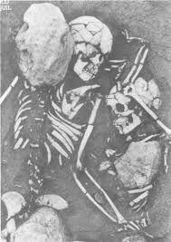 Juntos hasta la eternidad, quiza fue lo que pensaban estas personas al ser enterradas apegadas en el abrazo que no tiene fin. La ide a de estar con alguen más que solo yo hasta después de la muerte se ve reflejada en un yacimiento arqueológico ecuatoriano.