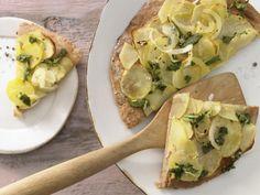 Kartoffel-Quark-Pizza mit Zwiebeln und Salbei: Ganz einfach gemacht mit einem saftigen Quark-Öl-Teig und kalorienarm belegt mit hauchdünnen Kartoffelscheiben.