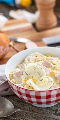 Eiersalat mal anders: Mit Fleischwurst und Mais entsteht in nur 15 Minuten ein super leckeres Gericht, von dem auch deine Gäste begeistert sein werden. Der Salat eignet sich auch sehr gut als Mitbringsel für Partys.