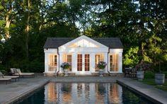 Schön am Pool: dieses süße Poolhaus ist elegant, aber auch funktional