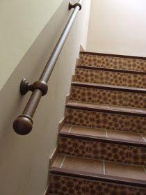 ♥ Tenía ganas de hacer un pasamanos para la escalera ♥♥♥ y por fin di con la solución Con material para cortinas he realizado un p...