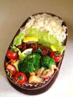 Twitter from @kumaizumi 本日のお弁当■ハンバーグ、人参の塩麹炒め、大根と鳥肉のマヨソテー、ブロッコリー、プチトマト #obento #obentoart