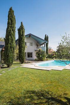 Pau, Pyrénées Atlantiques, France. Design et construction by Maisons Aquitaine.  #constructeur #maison #piscine #RT2012 Crédit : Agence Freestyle