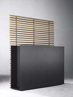 Donice z kolekcji Sotomon z treliażem, który rzuca bajeczne pasiaste cienie w słoneczne dni. Tworzą idealny ekran prywatności we wnętrzu i na zewnątrz budynków, małych balkonów i tarasów