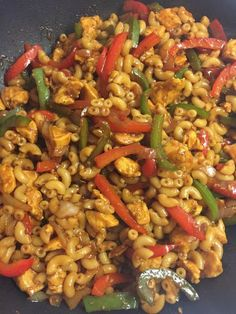 Wok macaroni with chicken Cooking hats - Everyone who has eaten this dish is positive about it and immediately wants the recipe to be able t - Diner Recipes, Fruit Recipes, Lunch Recipes, Pasta Recipes, Healthy Recipes, Comfort Food, Happy Foods, Woks, How To Cook Pasta