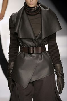 Brioni Fall 2009 Runway Pictures - Brioni at Milan Fashion Week Fall 2009 – Details Runway Photos Best Picture For fashion style F - Image Fashion, Dark Fashion, Leather Fashion, Fashion Details, Winter Fashion, Fashion Design, Style Noir, Mode Style, Leder Outfits