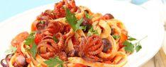 bavette-al-sugo-di-pomodoro-piccante-con-olive-e-moscardini