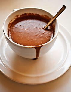 Chocolate a la taza. Thermomix 250 gr. de chocolate a la taza o fondant,  750 gr. de leche entera,  70 gr. de nata líquida,  1 pellizco de sal.