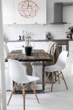chaises en plastique blanche, table en bois brut, décoration lustre en fer