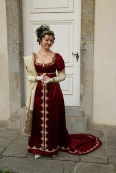 This is the style i will be making for my mum for February, with an elbow length, 18thC style sleeve, as per the 1790s style gown.  She wants a flat front.