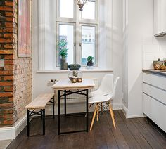 Zona comedor junto a la ventana en pequeño apartamento-loft sueco • Little dining space in a Swedish loft | photo Alvhem