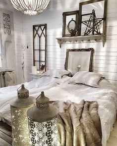 Kvällsbild från mitt sovrum. Jag är så glad att vårat sovrum äntligen är  färdigrenoverat från golv till tak.  Råspont på väggarna och ett gediget ljust trägolv. En del av inredningen kommer från min butik #levvackert och en del är gamla grejer jag tycker om.  Ha en underbar kväll.