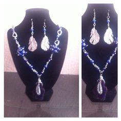 collar azul rey con piedra céntrica de ágata y detalles de plumas como dije costo $250.00