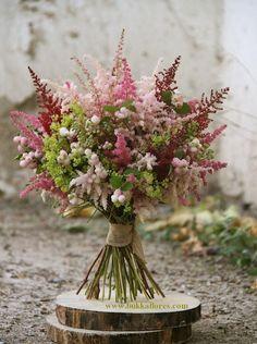 ramo de novia de astilbe en tres tonos con symphoricarpus y alchemilla www.bukkaflores.com