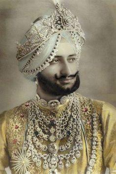 Sir Yadavindra Singh - Maharajah of Patiala - Necklace.- Sir Yadavindra Singh – Maharajah of Patiala – Necklace by Cartier. Sir Yadavindra Singh – Maharajah of Patiala – Necklace by Cartier. Royal Jewelry, Men's Jewelry, Indian Jewelry, Fine Jewelry, Fashion Jewelry, Bullet Jewelry, Geek Jewelry, Gothic Jewelry, Vintage Jewellery