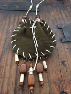 Morral porta-amuleto con cuentas de madera de CorazonHuichol en Etsy https://www.etsy.com/mx/listing/536436910/morral-porta-amuleto-con-cuentas-de