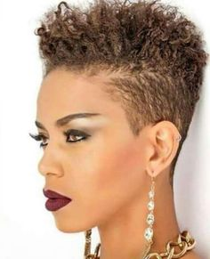 Lots of celebrities these days sport short curly hair styles, but some of them really stand out. When we think of curly short hair, the image of AnnaLynne Tapered Natural Hair, Pelo Natural, Short Sassy Hair, Short Hair Cuts, Pixie Cut Blond, Curly Hair Styles, Natural Hair Styles, Pelo Afro, Afro Punk