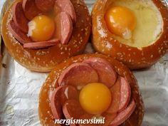 Hamburger ekmeğinde yumurta tarifi Hamburger ekmeğinde sucuklu yumurta nasıl yapılır   Hafta sonları kahvaltı sofraları için, çok ...