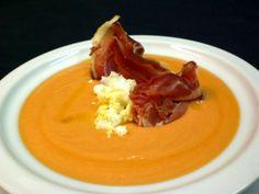 Salmorejo acompañado de jamón Ibérico Sevilla Spain, Gazpacho, Spanish Food, Tomato Soup, Curry, Favorite Recipes, Ethnic Recipes, Desserts, Cooking