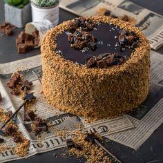 Что сказать про торт? Он нереааааальный! Нежные, но не пуховые (здесь это вообще ни к чему) коржи на растопленном горьком шоколаде с ром...