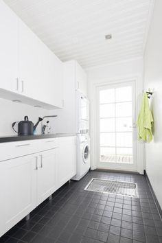 Kannustalon muuttovalmis Venla - Kodinhoitohuone | Asuntomessut - like the dark grey tiles and simple white cupboards