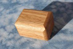 KRABIČKA DUBOVÁ HRANATÁ Originální malá krabička - šperkovnička z dubového dřeva, ručně broušená, olejem napuštěná... Velikost krabičky je cca 6,5 x 4,7 cm, vnitřní rozměr je 5 x 3,3 cm. Každá krabička je jiná, podle použitého kousku dřeva a podle vytvořeného tvaru. Vhodná na menší šperk nebo na cokoliv :) Více krabiček různých tvarů a z různých druhů ...