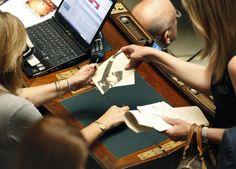 Durante la prima chiamata per il voto di fiducia sul Ddl anticorruzione Alessandra Mussolini è stata fotografata mentre sta firma con dedica le foto del nonno. La richiesta è della deputata della Lega Nord Carolina Lussana