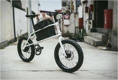 Winner of the prestigious Red Dot Award, the Quinn by Coast Cycles is a compact cargo bicycle that lets the rider carry a bag in a centrally-positioned storage compartment. The minimalist commuter, resolves the annoying problem of sweat patches formi Kona Mtb, Jack Taylor, Pocket Bike, Urban Bike, Commuter Bike, Cargo Bike, Fat Bike, Bike Design, Cycling Bikes