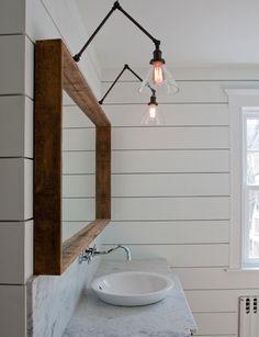 【可愛らしくシンプル】アームランプが垂れ下がる洗面所