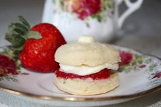 Mini Strawberry Shortcake Mini Strawberry Shortcake, Small Spoon, Yummy Treats, Hamburger, Sweets, Cakes, Baking, Ethnic Recipes, Desserts
