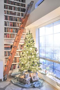 Poppytalk: A Holiday Vignette with Nicole Phillips of Visual Heart Christmas Couple, Winter Christmas, Winter Holidays, All Things Christmas, Christmas Tree, Christmas Cards, Christmas Tablescapes, Christmas Decorations, Holiday Decor