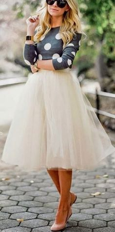 White cream tulle skirt with a polka dot sweater sunglasses statement necklace and heels Jw Moda, Dress Skirt, Dress Up, Midi Skirt, Pin Up Vintage, Look Fashion, Womens Fashion, Fashion Ideas, Fashion Outfits