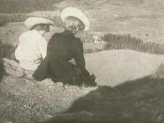 Heinrich Kühn (1866-1944), Wiese in Birgitz, Hans und Mary Sitzend - 1908