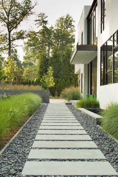 charming and inspiring side yard landscaping ideas on a budget 75 Side Yard Landscaping, Modern Landscaping, Backyard Patio, Backyard Ideas, Landscaping Ideas, Garden Ideas, Small Backyard Design, Garden Landscape Design, Lost Money