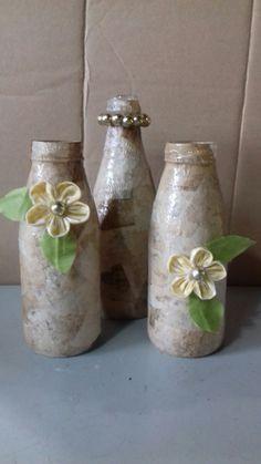 Garrafa decorada com filtro de café e flores de fuxico