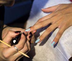 Existe ainda uma manicure especialmente pensada para crianças que vão pintar as unhas pela primeira vez.