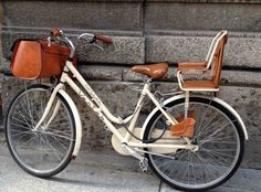 leather bike basket and child seat Fahrradkorb und Kindersitz aus Leder Velo Retro, Velo Vintage, Vintage Bicycles, Retro Bike, Vintage Style, Motorcycle Style, Bike Style, Motorcycle Hair, Grom Motorcycle