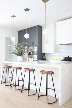 grey kitchen interior Elegant White Kitchen Interior Designs Modifying your kitchen flooring is one of the greatest ideas to provide the kitchen with a zazzy new appearance. White Kitchen Interior, Home Decor Kitchen, Interior Design Kitchen, New Kitchen, Kitchen White, Kitchen Wood, Kitchen Ideas, Kitchen Cabinets, Modern White Kitchens