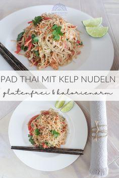 Wer von euch vermisst Thailand so wie ich? Sonne, Strände, tropische Früchte, lächelnde Menschen und leckeres würziges Pad Thai? Ich kann den Rest nicht versprechen, aber ich kann ein buntes, himmlisch schmeckendes Pad Thai Rezept anbieten – exotisches Feeling zu Hause ist garantiert! Es wird mit Kelp Nudeln gemacht und ist roh, vegan, glutenfrei, kohlenhydrat- und kalorienarm und dabei so lecker!! #glutenfrei #kelpnudeln #rohkost #kalorienarm Risotto, Spaghetti, Thailand, Ethnic Recipes, Food, Motivation, Healthy Recipes, Fast Recipes, Eten
