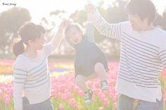 わーいわーい  ドレスで 桜と撮影したあと  #お揃いコーデ  #チューリップ 畑でも 撮影した  家族の超自然なワンシーン が撮れた時 空気みたいなカメラマン になれたんだなって 嬉しくなります  さてこのロケ先 #木曽三川公園 は もちろん僕から提案です  その季節にあった背景 だけでなく 移動距離なども考慮し 効率的に回れるよう 1日のスケジュール を立てるもの カメラマンの大事な仕事  いろいろ相談 してくださいね  僕が撮るからには 他にはない 企画派カメラマンとして  二人にマッチした オリジナリティに溢れる フォトツアーを お届けしたいから  #プレ花嫁 #日本中のプレ花嫁さんと繋がりたい #結婚式準備 #ドレス試着 #前撮り#ウェディングフォト#ロケーションフォト#ウェディングドレス#Marryxoxo#Marry花嫁#ハナコレ#ウェディングニュース#alolea#バンプデザイン #プラコレ#farnyレポ #lovers_nippon_portrait#三重